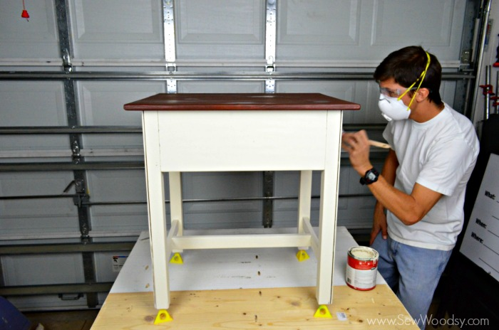 Video How to Refinish an End Table with 3M DIY Sew Woodsy